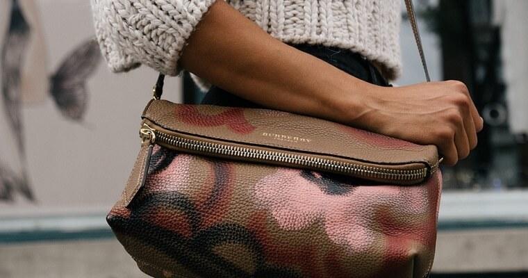 Modne torebki listonoszki – dodatek idealny na wiele okazji