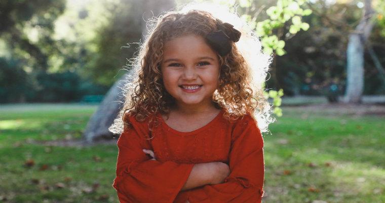 Bluzki dla dziewczynek – pomysły na modne stylizacje