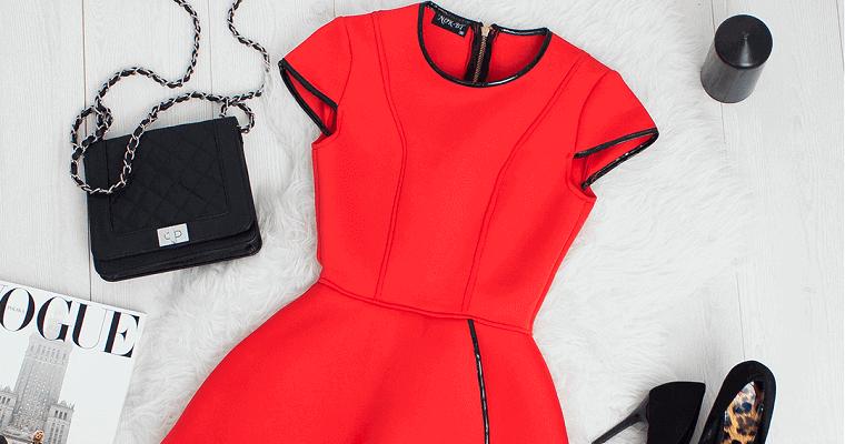 Modne sukienki na wesele – postaw na mocny kolor