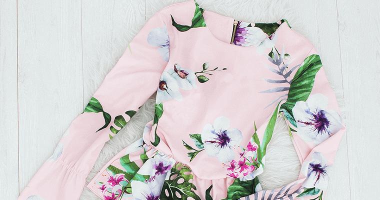 Bluzki w kwiaty plus jeansy – modne stylizacje