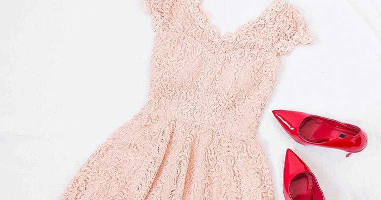 Sukienka czy kombinezon na wesele – co wybrać?