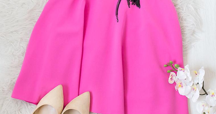 Różowa sukienka na Walentynki – urocza i romantyczna