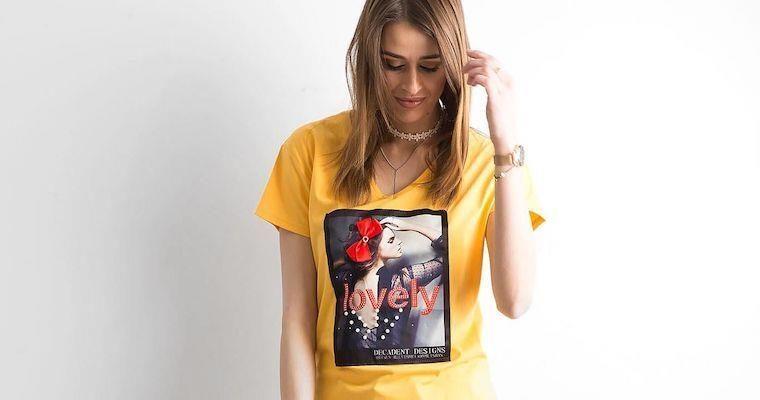 Modne t-shirty w serek – idealne na każdy dzień