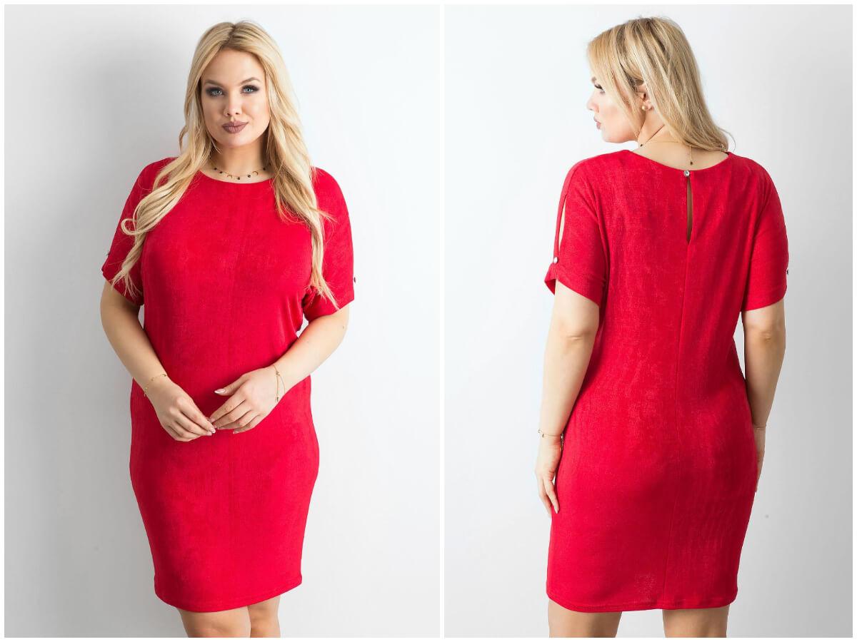 Czerwona sukienka koktajlowa plus size w eleganckiej stylizacji na modelce