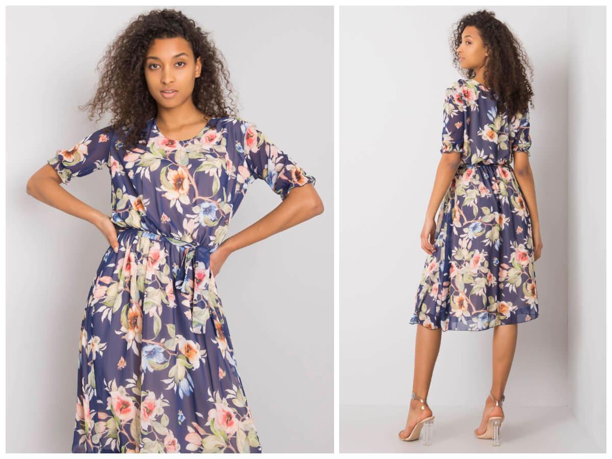 Ciemnoskóra modelka prezentuje sukienkę w kwiaty o długości midi