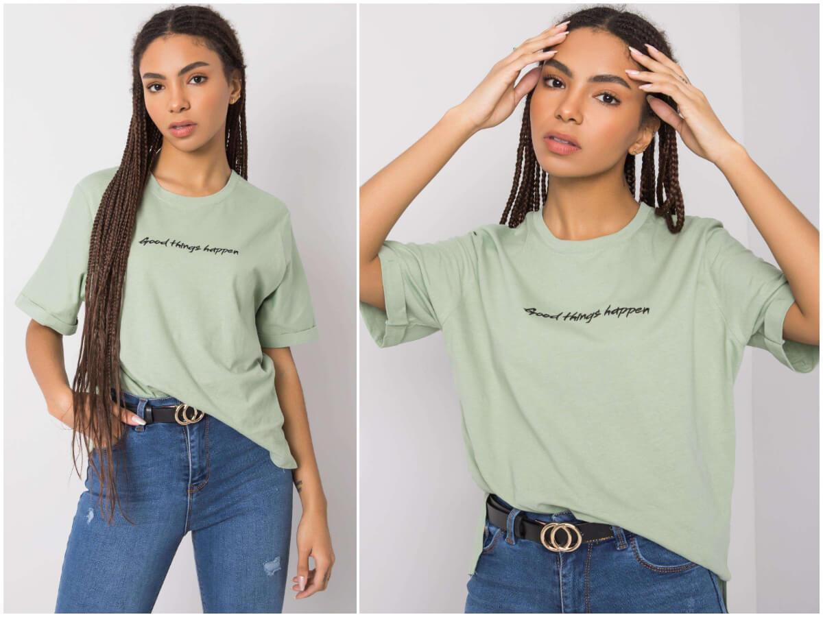 Luźny t-shirt damski z minimalistycznym napisem na ciemnoskórej modelce