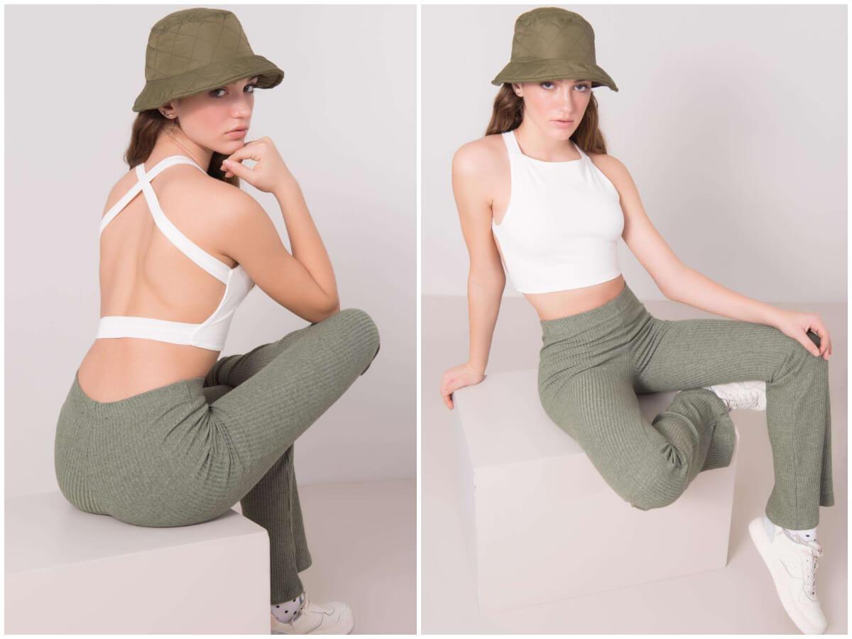Modelka prezentuje top z odkrytymi plecami. Na pierwszym zdjęciu siedzi tyłem, a na drugim przodem.