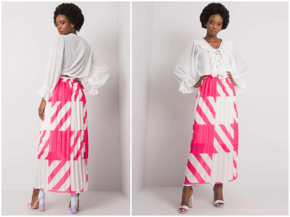 Plisowana spódnica maxi w stylizacji z białą bluzką