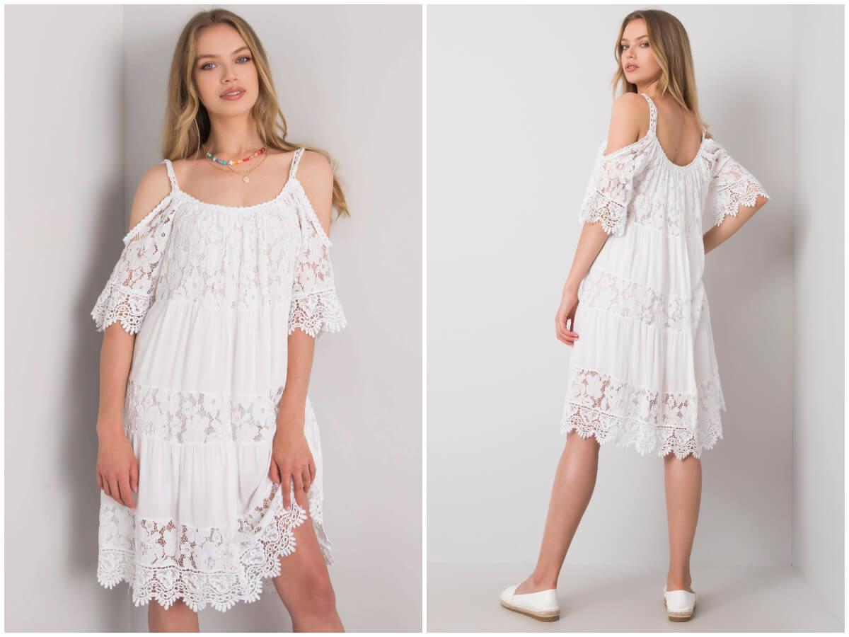 Modelka w białej sukience z letniej wyprzedaży