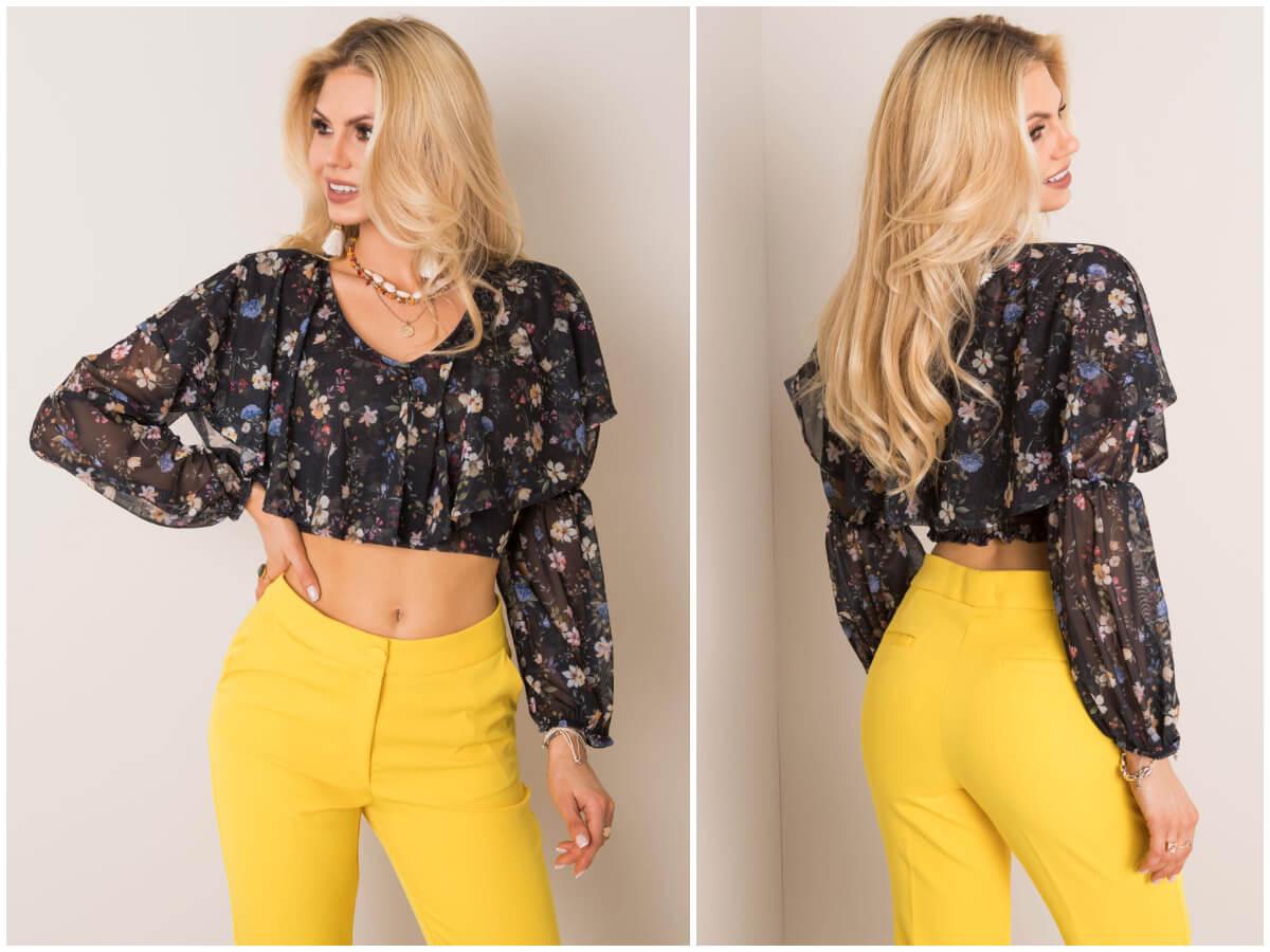 Modelka prezentuje krótką bluzkę z falbankami w kwiatowy wzór