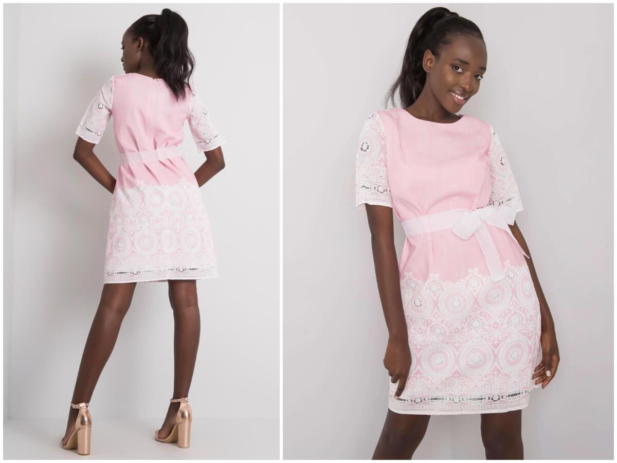 Ciemnoskóra modelka w stylizacji z lnianą sukienką i butami na obcasie