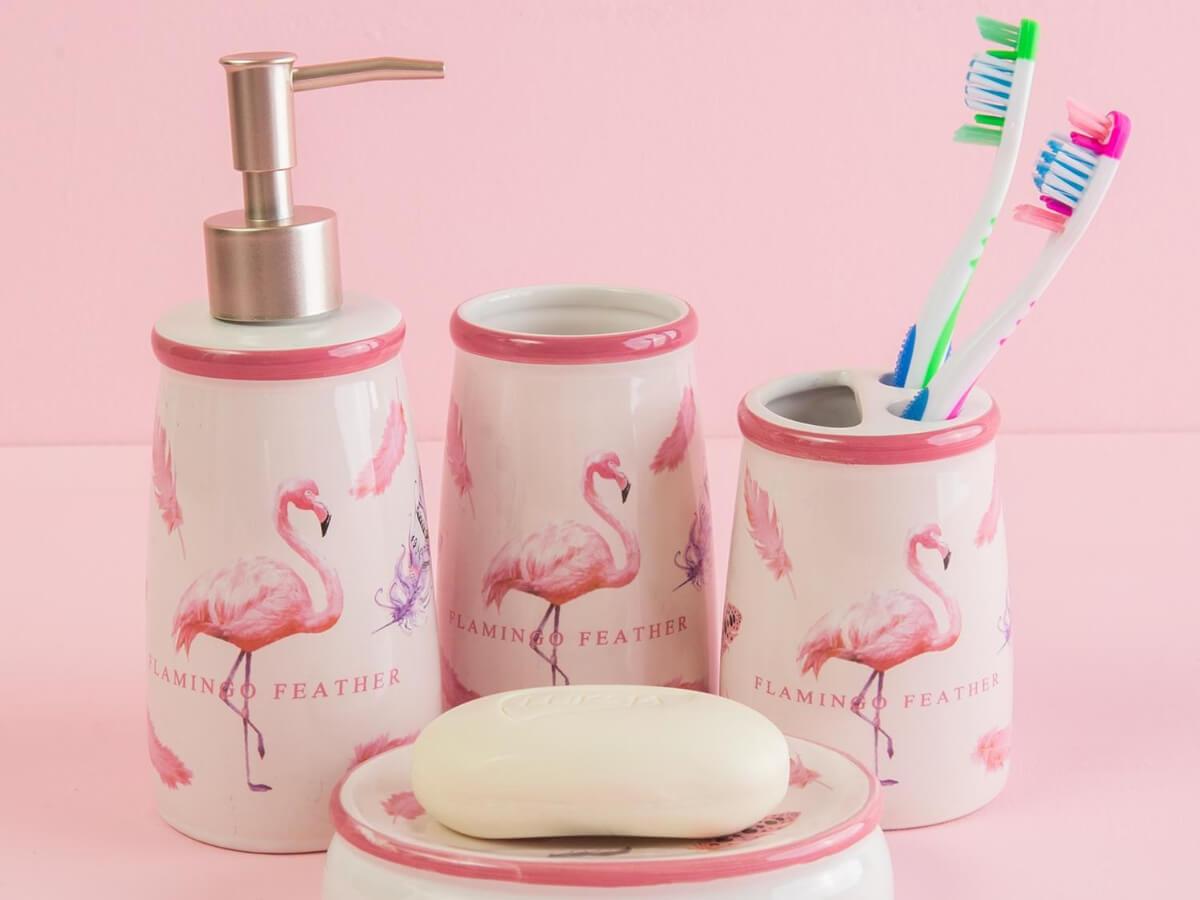 Komplet przyborów toaletowych jako modna łazienkowa dekoracja do domu