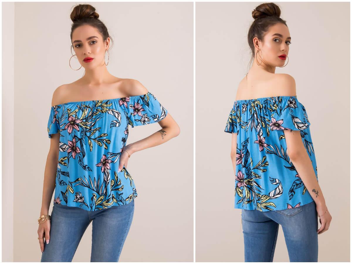 Bluzka hiszpanka w kwiaty w stylizacji z jeansami na modelce