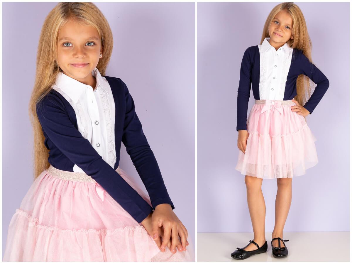Stylizacja dla dziewczynki na rozpoczęcie roku szkolnego z różowa mini spódniczka i granatową bluzką
